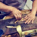 Zigarrenkunst – Torcedors vollbringen ein kuenstliches Handwerk bei der Herstellung von Zigarren
